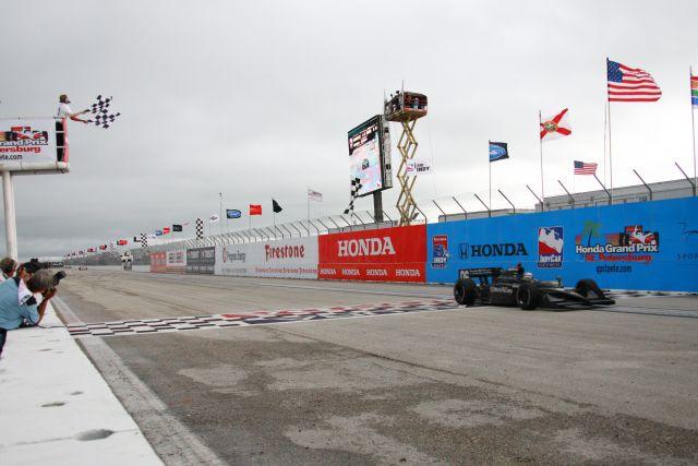 È Graham Rahal ad ottenere la prima vittoria ChampCar nel campionato unificato. Il giovane americano trionfa al debutto a St Petersburg. Ron McQueneey, indycar.com