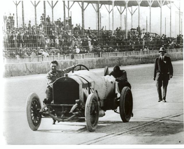 Al penultimo giro Ralph De Palma spinge la sua Mercedes verso il traguardo, aiutato dal meccanico di bordo Rupert Jeffkins. indycar.com