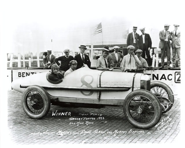 Jimmy Murphy porta per la priva volta al successo un motore Miller sulla sua Deusenberg, accompagnato da Ernie Alson. indycar.com