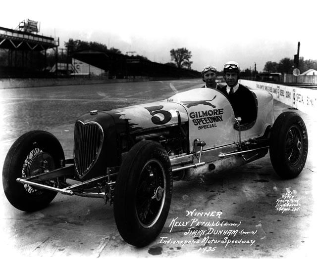 Nel '35 Kelly Petillo conquista la prima vittoria per il 4 cilindri Offenhauser accompagnato da JImmy Dunham. indycar.com