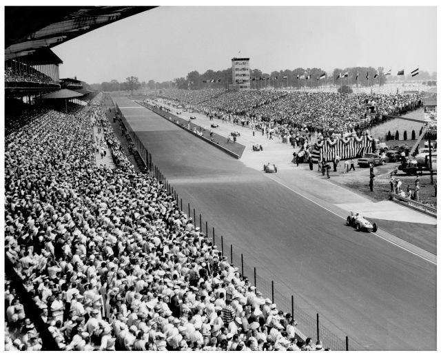 Una folla oceanica attende la partenza dell'edizione 1957. indycar.com