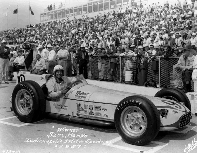 Sam Hanks vince nel 1957 sulla innovativa Salih, caratterizzata da un centro di gravità molto più basso rispetto ai roadsters tradizionali. indycar.com