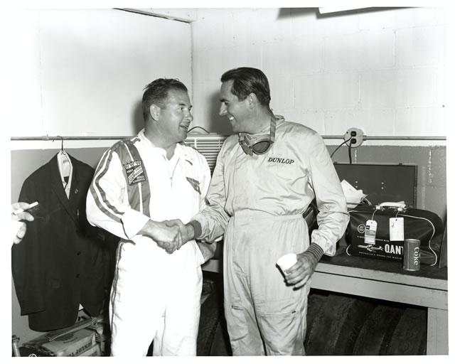 Il due volte vincitore Rodger Ward da il benvenuto nel '61 al bicampione del mondo Jack Brabham, al debutto su una Cooper-Climax a motore posteriore. indycar.com