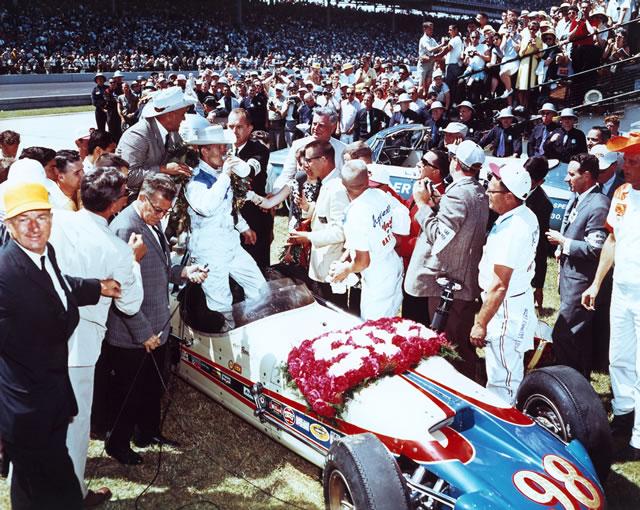 Parnelli Jones beve il latte in victory lane nel '63 al termine di una lunga lotta con Jim Clark. indycar.com