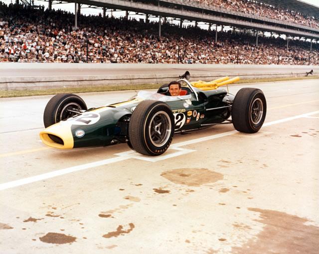 Jim Clark fa la storia nel '65 conquistando sulla sua Lotus 38-Ford la prima vittoria di un'auto a motore posteriore. indycar.com