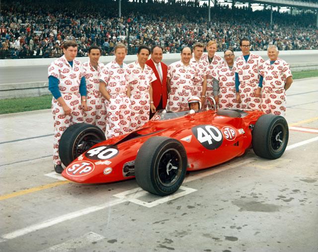 Parnelli Jones e il team Granatelli al gran completo attorno alla Paxton STP a turbina del 1967.