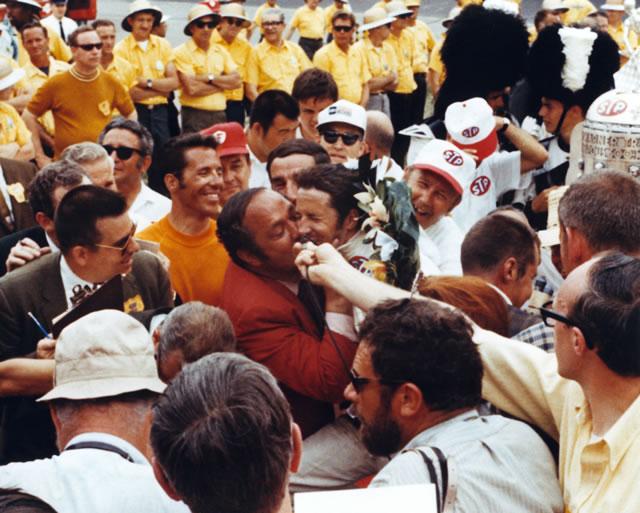 Andy Granatelli festeggia in victory lane il campione 1969 Mario Andretti. indycar.com