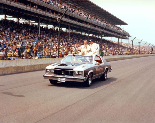 AJ Foyt è accompagnato da Tony Hulman nel giro d'onore per il quarto successo conquistato nel 1977. indycar.com