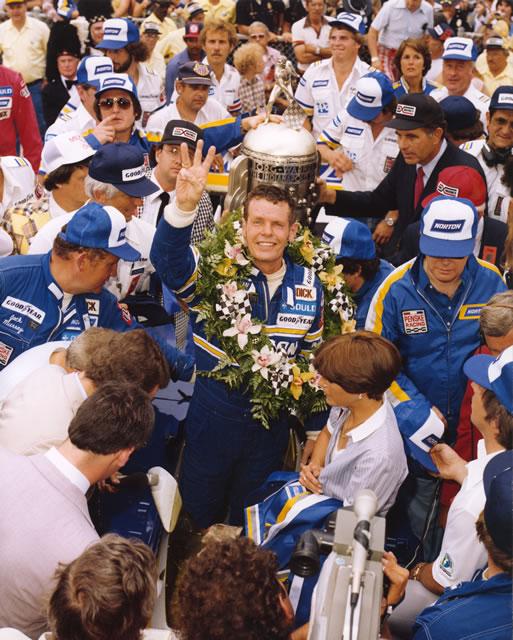 Bobby Unser conquista nel 1981 un discusso terzo successo allo Speedway. indycar.com