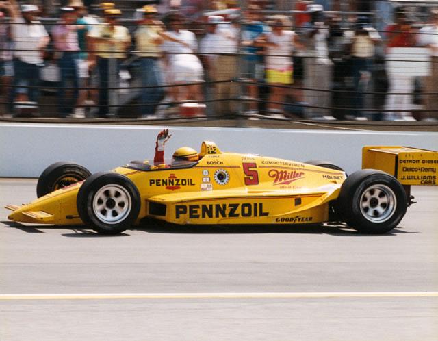 Dopo una difficile rimonta Rick porta a casa il terzo successo allo Speedway. indycar.com