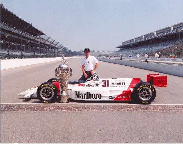 Al Unser Jr. fa il bis nel '94, portando al successo il potentissimo motore Ilmor-Mercedes ad aste e bilancieri. indycar.com