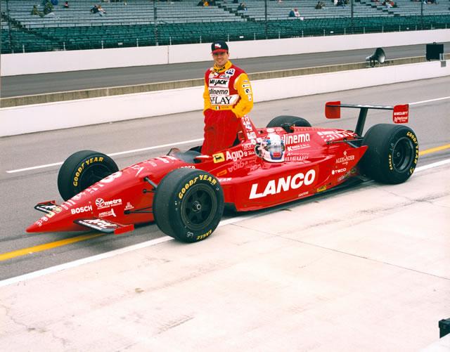 Alessandro Zampedri va vicinissimo alla vittoria nell'edizione '96 della Indy500, prima che la rottura di un ammortizzatore lo faccia riassorbire dal gruppo, in cui sarà coinvolto in un bruttissimo incidente all'ultima curva. indycar.com