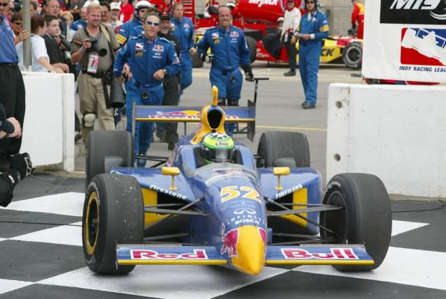 Il rookie Tomas Scheckter comanda diverse corse nel 2002, collezionando però un allarmante numero di incidenti. Il rapporto con il capo Eddie Cheever peggiora di gara in gara fino alla sostituzione con Buddy Rice, non prima che il sudafricano conquisti un memorabile successo a Michigan, grazie anche alla potenza del motore Nissan, sviluppato dal team insieme alla TWR. indycar.com