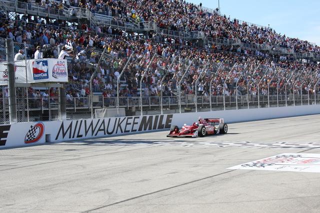 Grande vittoria a Milwaukee. indycar.com, Ron McQueneey